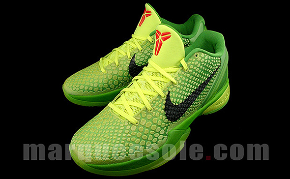 Kobe Bryant is wearing Grinch shoes on