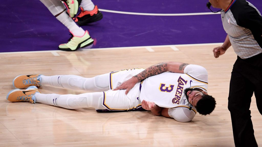 Anthony Davis suffers injury in Lakers-Suns Game 4